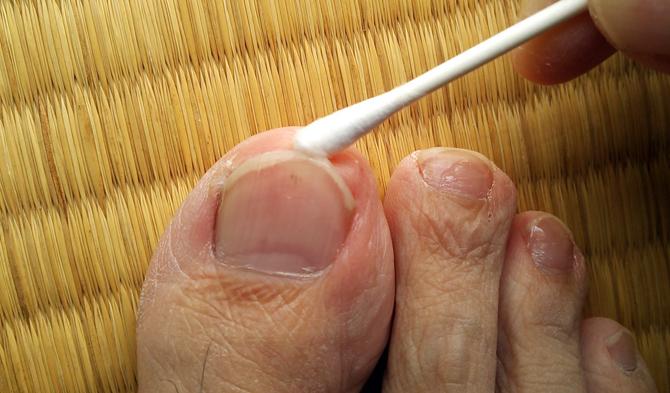 爪の先端部分は揉み込むように念入りに塗ります